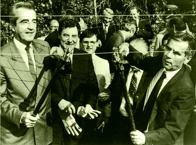 Im Juni 1989 durchschneiden die damaligen Außenminister Alois Mock aus Österreich und Gyula Horn (1932-2013) aus Ungarn symbolisch den Eisernen Vorhang. © Wien Museum